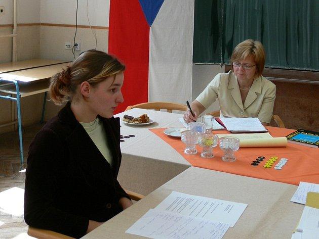 Své znalosti ekonomiky musela  před komisí dokázat i Kateřina Plná, studentka 4.A Obchodní akademie v Náchodě. K maturitě byli připuštěni všichni její spolužáci.