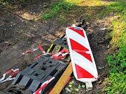 I přes stavbu a několikerý zákaz vjezdu se přes přechod jezdí přes zátarasovou hromadu i po louce.