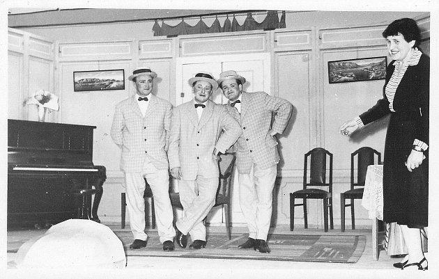Ochotnický spolek byl vBystrém založen již roku 1871.Charleyova teta byla inscenována dokonce dvakrát. Fotografie je zpředstavení vkvětnu 1965, vpravo režisérka Božena Fuckerová.