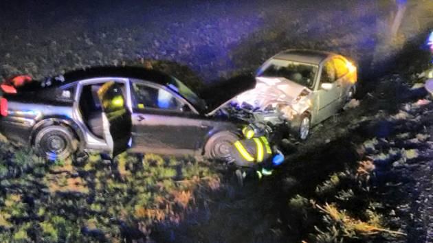 Silnici v sobotu ráno uzavřela srážka tří aut.