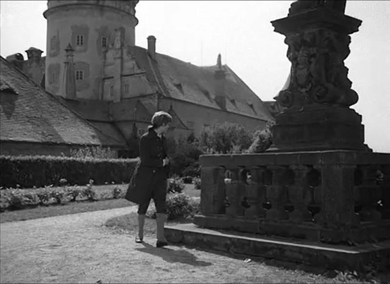 Filmový záběr Františka jako studenta v zahradě novoměstského zámku, který představoval zahradu klášterní.