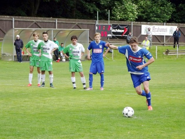 Hattrick! Týnišťský fotbalista Radek Mládek střílí z penalty svůj třetí gól do sítě Hostinného.