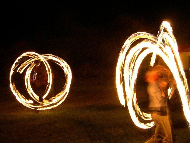 PRVNÍ ROČNÍK RYCHNOVSKÉHO KAMFESTU 01 byl zakončen netradiční ohňovou show. S ohňovými kruhy bravurně zacházeli žongléři z Týniště i Dobrušky.