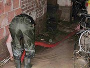 PEKLO NAD ZDOBNICÍ. Snímky z pondělního zásahu jednotky dobrovolných hasičů z Kostelce nad Orlicí.