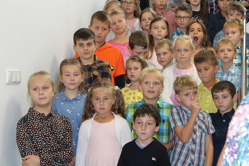 Slavnostní otevření. V Černíkovicích vyrostla během 13 měsíců v sousedství té staré nová škola. Učí se v ní žáci od první do páté třídy.