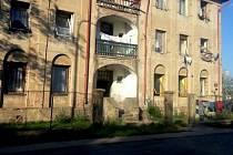 """Budova č. p. 315 přezdívaná """"dům hrůzy"""" stojí u silnice na okraji Českého Meziříčí směrem na Opočno."""