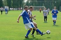 Kapitán dobrušské rezervy Milan Vacek (vlevo) odvrací míč před jedním z javornických protihráčů.