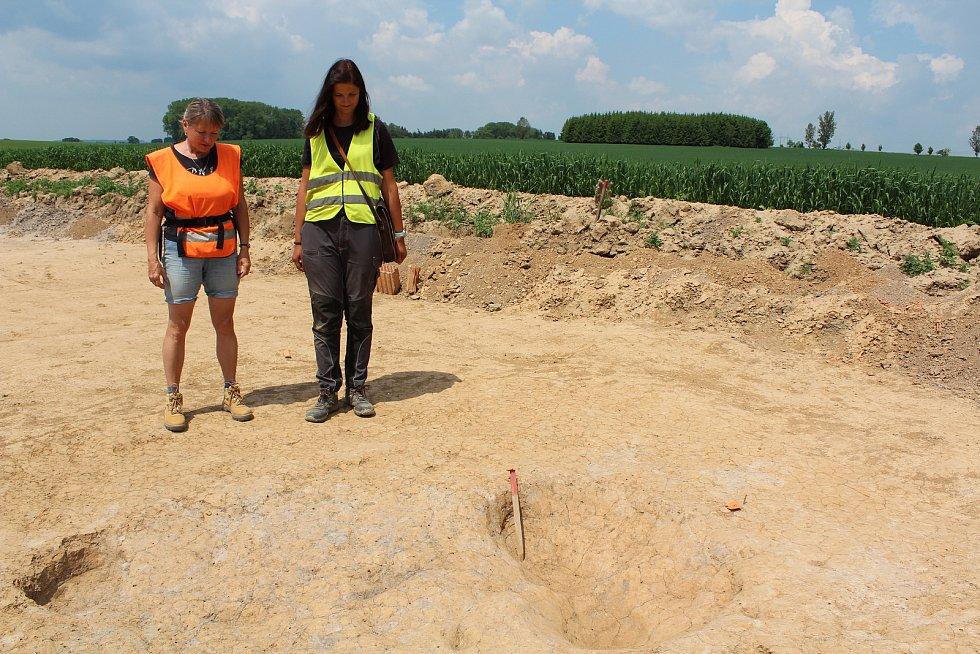 Trasu, kudy povede obchvat, prozkoumávají archeologové. Martina Beková a Michaela Martinková.