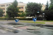 Komu překážely? Ohnuté dopravní značky před autobusovou zastávkou v Laichterově ulici v Dobrušce