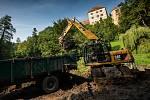 Odbahnění rybníka v opočenském zámeckém parku.
