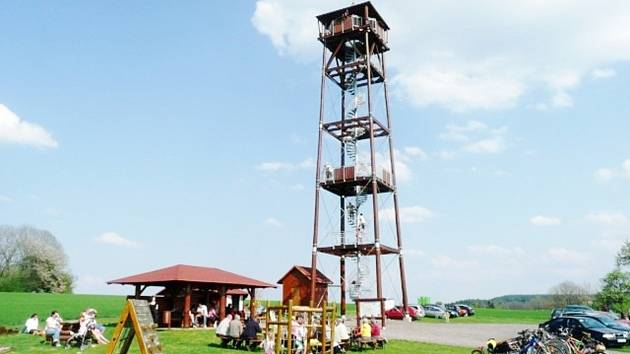 Nad Doudlebami nad Orlicí se tyčí rozhledna Vrbice, ta byla slavnostně otevřena v roce 2006.
