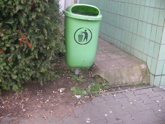 Znečištěné okolí rychnovské polikliniky.