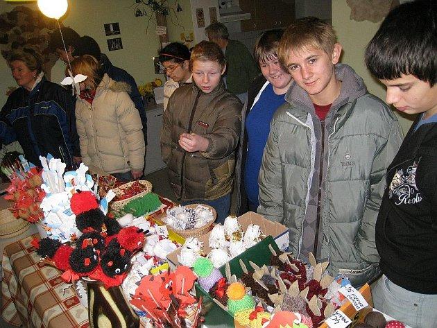 Kostelecká Domovinka  – Denní centrum pro seniory, která spadá pod Pečovatelskou službu, připravila již tradiční prodejní Vánoční jarmark.