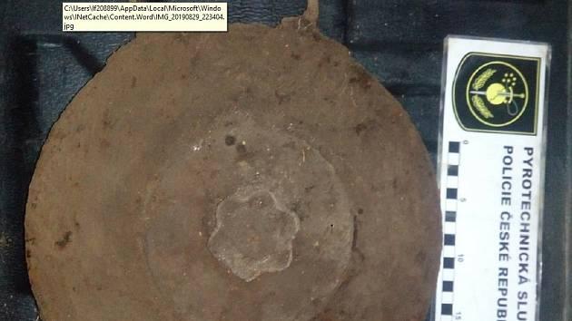 Německá protitanková mina měla ucho pro pohodlné  přenášení.