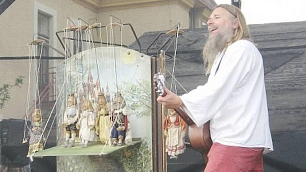KOMEDIANT VÍŤA MARČÍK při svém loňském vystoupení na Slavnostech ohně a nití v Deštném.  Tento umělec je autorem řady inscenací pro dospělé i pro děti. Brzy vystoupí i v Dobrušce.