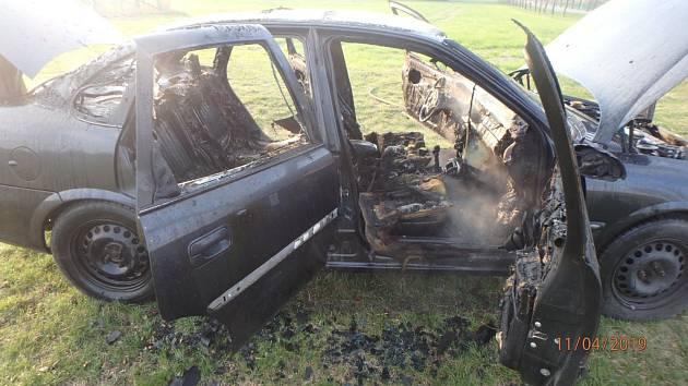 Osobní auto skončilo v poli v plamenech.