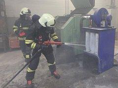 Požár pilin ve vamberecké fabrice.