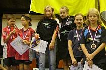 NA NEJVYŠŠÍM STUPNI. Doberská stolní tenistka Kateřina Rozínková (třetí zleva) se svojí deblovou partnerkou Mynářovou se zlatými medailemi na krku v hale pražské Sparty.