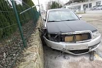 V zatáčce dostal řidič smyk, který nezvládl, s autem přejel vpravo na vyvýšený chodník, kde narazil do podezdívky plotu.
