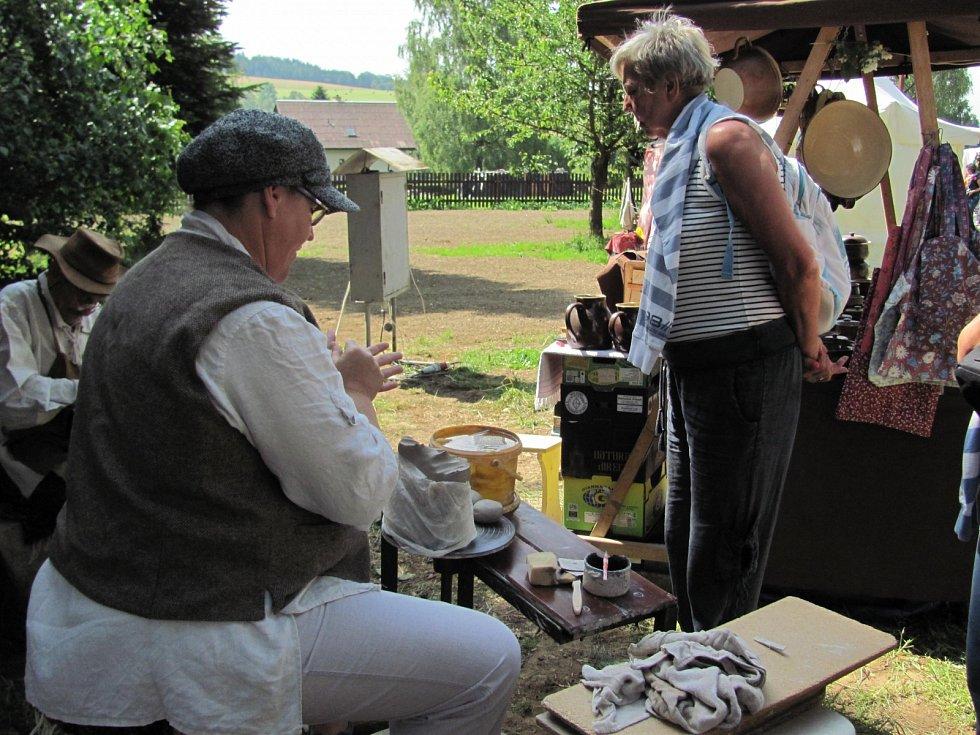 Na Deštném mohl každý vidět kováře, dílnu zvonařů, vyráběla se tu také keramika a tkali se nitě.