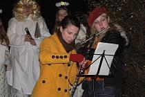 Vánoční strom u autobusové zastávky rozsvítili andělé