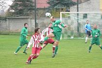 KAPITÁN KUNČIC Jan Kratochvíla odvrací míč před Antonínem Eimerem, autorem úvodního gólu Ohnišova.