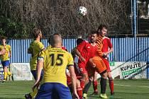 Fotbalisté Starého Města (žluté dresy) doma zvítězili nad Uherským Ostrohem přesvědčivě 7:2.