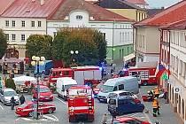 Na místě zasahují desítky hasičů