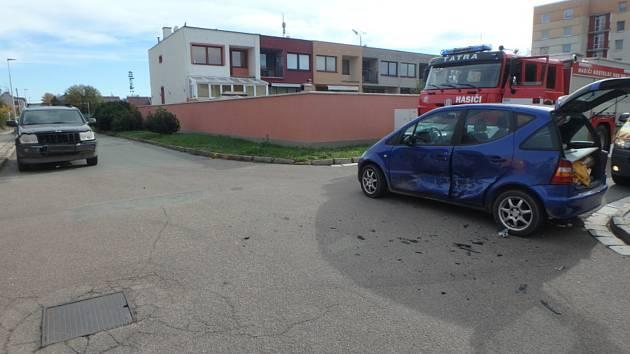 Nehoda dvou aut se neobešla bez zranění.