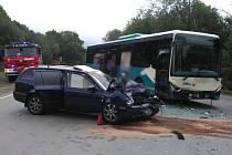 Dopravní neoda autobusu a osobního automobilu u Deštného v Orlických horách.