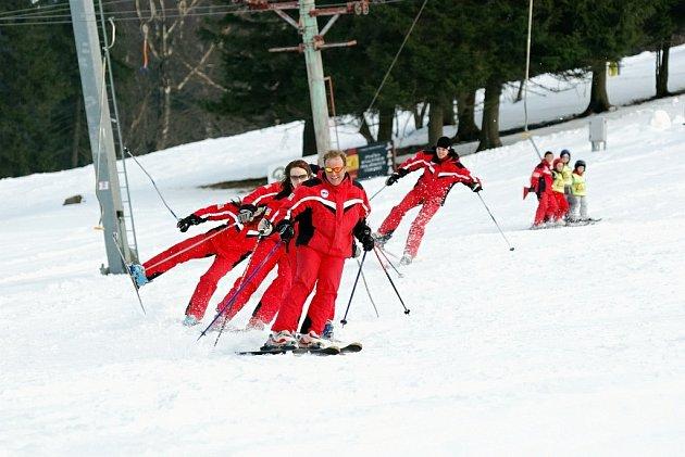 V Deštném v O. h. se loučili se zimní sezonou. Kromě soutěží, masek a lyžování návštěvníci střediska viděli také příjezd zimního vládce Orlických hor Rampušáka, který předal vládu víle Kačence. Programem provázeli herci Martin Dejdar a Petr Vacek.