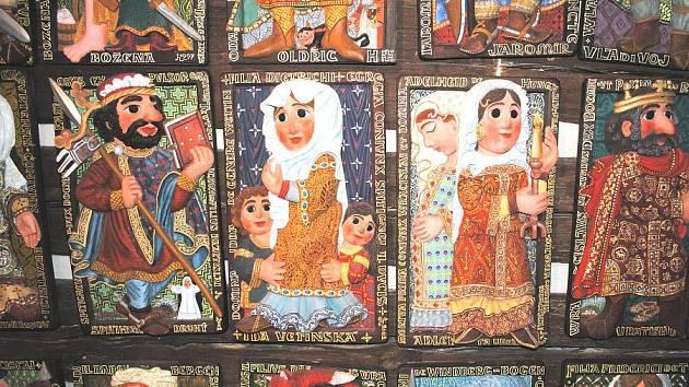 Sedloňovská výtvarnice Jarmila Haldová stále doplňuje svůj originální cyklus dřevořezeb českých panovníků a jejich manželek.