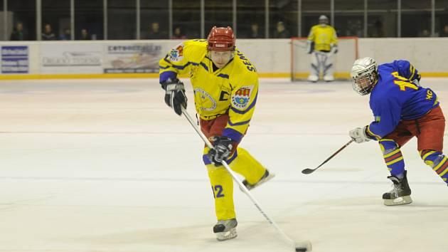 SEMECHNICKÝ KAPITÁN Dušan Janský (na snímku) dovedl svůj tým k výhře nad lídrem soutěže z Nového Bydžova.