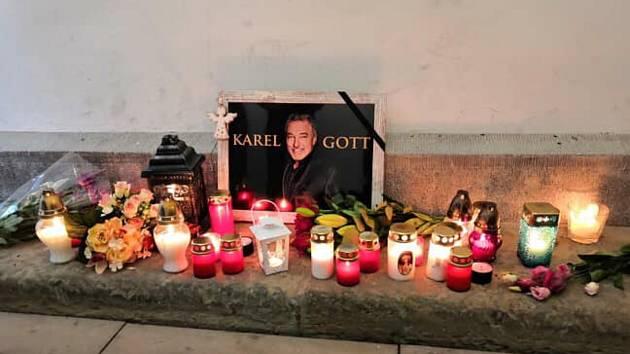 Lidé zapalovali svíčky na památku Karla Gotta.