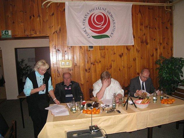 Předseda OVV RK ČSSD Josef Ješina (na fotografii sedící vlevo).