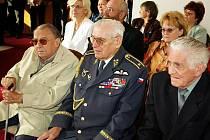 Vlevo dobrušský fotograf Josef Ouřada, vpravo bývalý hostinský z obce Kounov Miloslav Moravec, uprostřed  brigádní generál letectva  Miroslav Štandera.