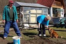 Lidé si většinou na práci na zahradě odborníky nenajímají. Pro většinu z nich je to navíc i jejich koníček