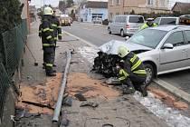 Šofér škodovky srazil lampu k zemi