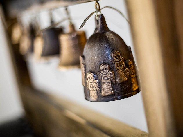 Výstava Zvon v porcelánu v městském lapidáriu v Dobrušce.