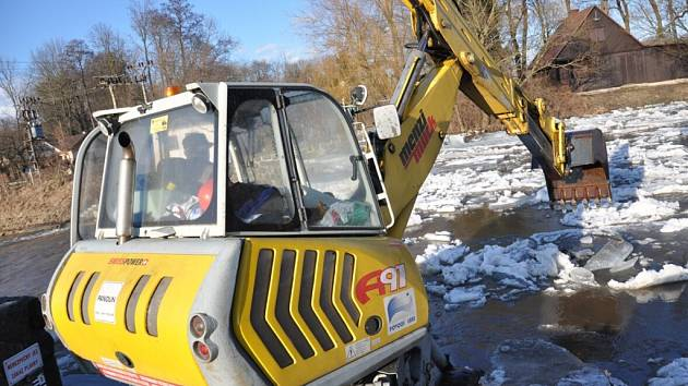 Bagry bojují s ledovými krami na řece Divoké Orlici