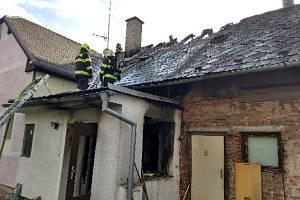 Sedm jednotek hasičů likvidovalo požár rodinného domu v Čermné nad Orlicí.
