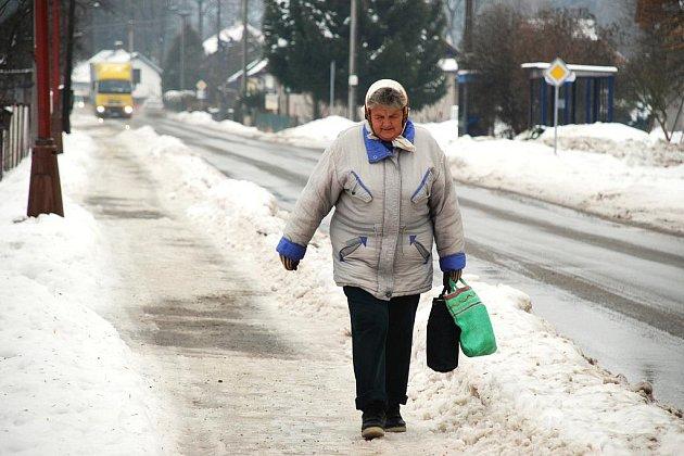 Ledovatka na Rychnovsku zavřela silnice v Orlických horách.