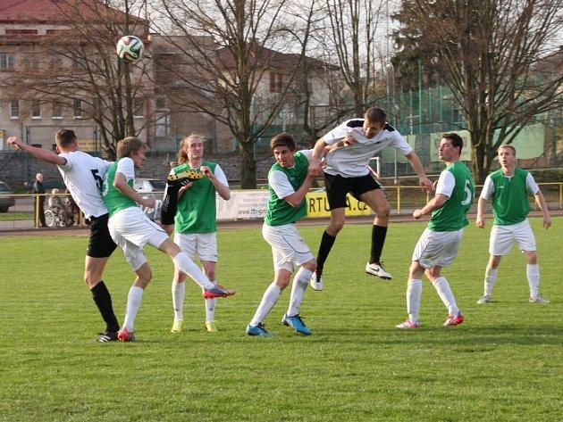HLAVIČKA rychnovského útočníka Miroslava Semeráda (ve výskoku) brankou neskončila, a tak se po devadesáti minutách utkání krajského přeboru z vítězství radovali hosté z Jičína.