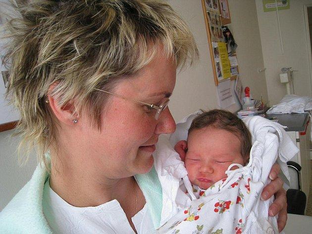 KAROLÍNA: Rodiče Lucie a Bohuslav Jirčíkovi z Rychnova nad Kněžnou přivedli na svět dceru Karolínu, která se narodila 27. 4. v 5.46 hodin. (3,38 kg a 49 cm). Tatínek byl u porodu a zvládl to výborně. Doma se na sestřičku těší Michaelka.