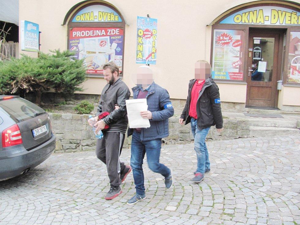 Zadržený muž při převozu k soudu v Rychnově nad Kněžnou.