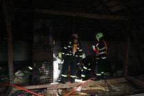 Hasiči na místě zjistili, že se jedná o doutnající prkna v okolí komína a začali s hašením vysokotlakem.