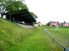 Stará tribuna na fotbalovém stadionu v Kostelci nad Orlicí