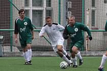 MĚSTSKÉ DERBY. Rezerva rychnovského Spartaku (bílé dresy) porazila v prestižním utkání Labuť 7:3.