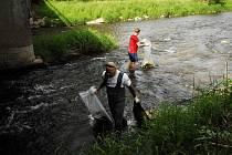 Nevydrželi se dívat na odpadky v řece, šli je proto uklidit