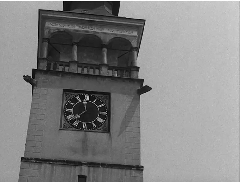 Filmový záběr na dobrušskou radniční věž.